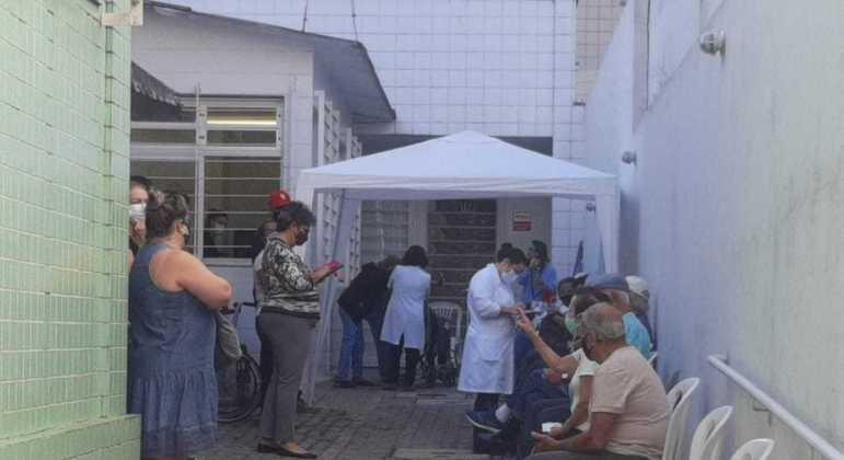 Idosos com 85 anos de idade aguardam vacinação em fila de posto de saúde no bairro São Pedro
