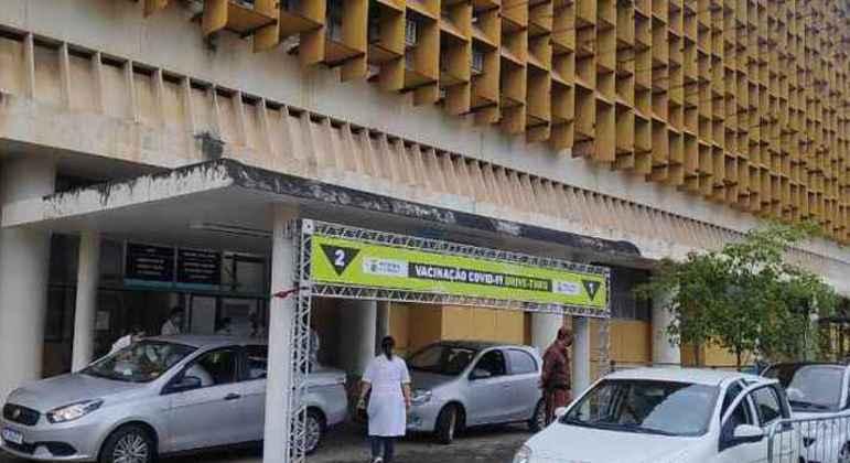 Vacinação ocorre em postos de saúde e pontos de drive-thru espalhados pela cidade