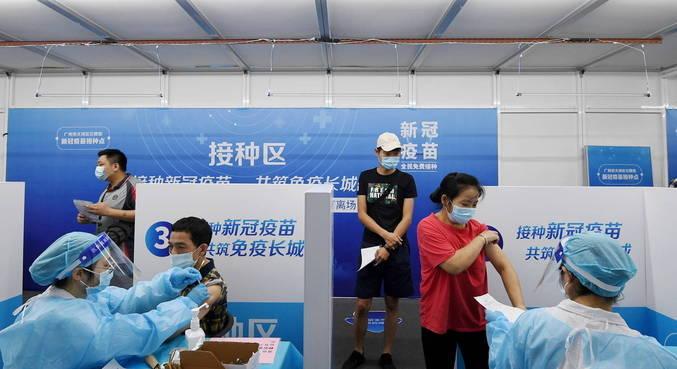 Chineses rejeitam vacina por não confiarem nos imunizantes