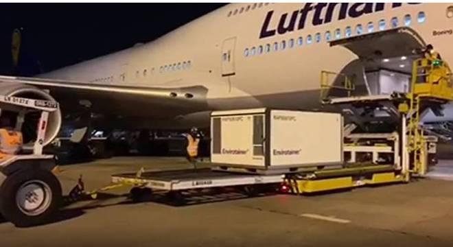 Vacina chinesa chegou nesta madrugada no aeroporto de Guarulhos