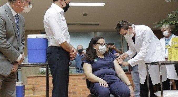 Enfermeira recebe dose da Coronavac no HC de Campinas (SP)