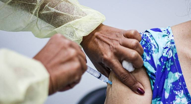 Vacinação de idosa com CoronaVac em Salvador, Bahia