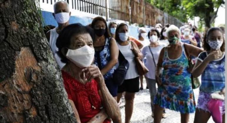 Idosos aguardam vacinas em São Gonçalo (RJ): imunização lenta diante do avanço do vírus