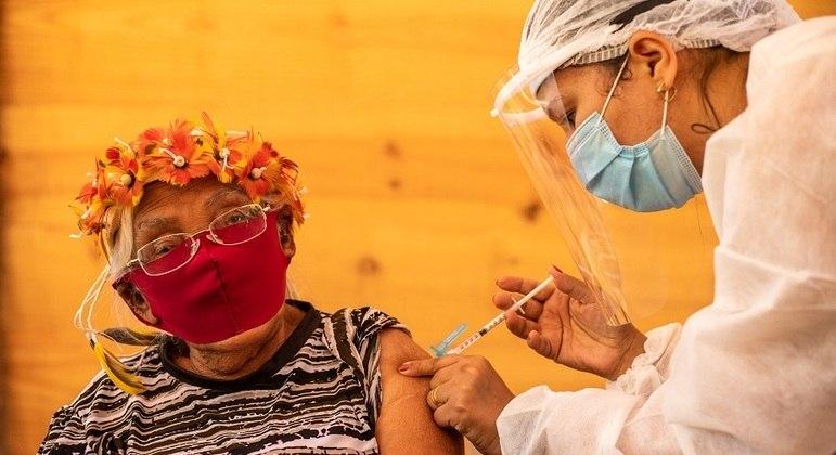 Grupo de idosos com 90 anos ou mais começou a ser vacinado nesta semana