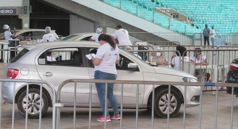 Vacinação contra a covid-19 no drive thru da Arena Fonte Nova, em Salvador (BA)
