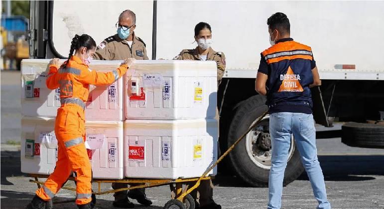 Forças de segurança e salvamento participam da entrega de vacinas para o interior