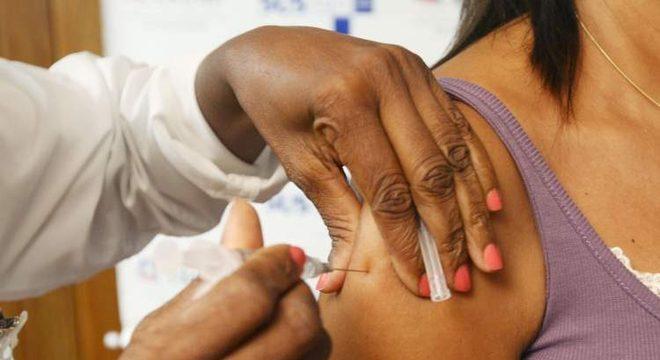 Vacina da febre amarela deve ser tomada 10 dias antes de se expor ao risco