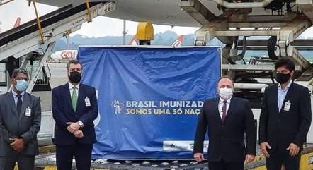 Embaixador e ministros recebem a carga de vacina