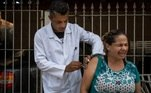 mulher recebe vacina contra febre amarela em São Paulo