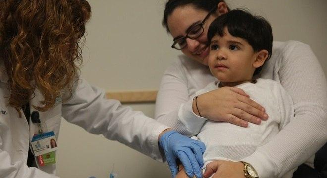Vacina da gripe protege contra três tipos de vírus, H1N1, H3N2 e influenza B