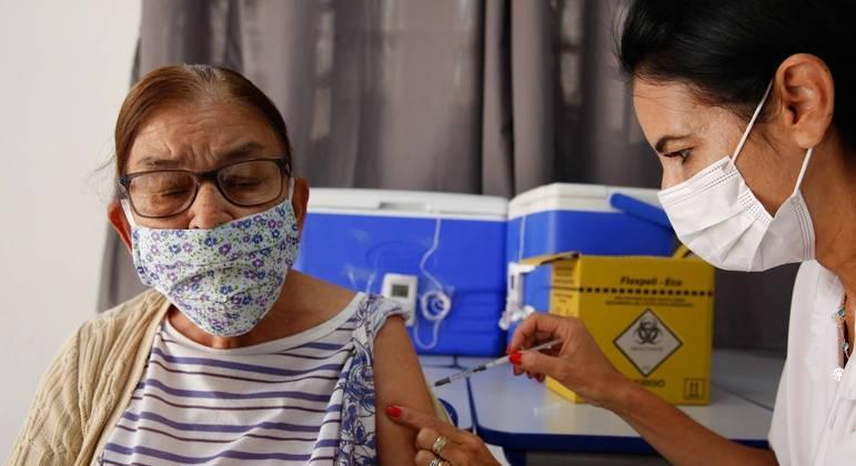 Vacinação de idosos com a terceira dose está avançando no país