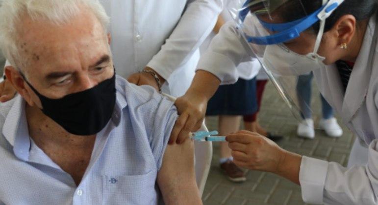 Idosos com idade acima de 85 anos começaram a ser vacinados no Recife  nesta terça-feira (26)