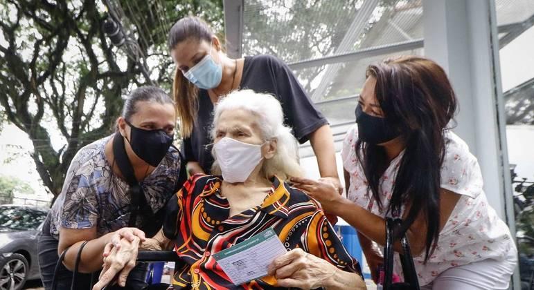 Idosos com mais de 90 anos começaram a ser vacinados nesta sexta-feira (5) em SP