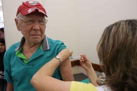 Idoso recebe vacina contra a gripe