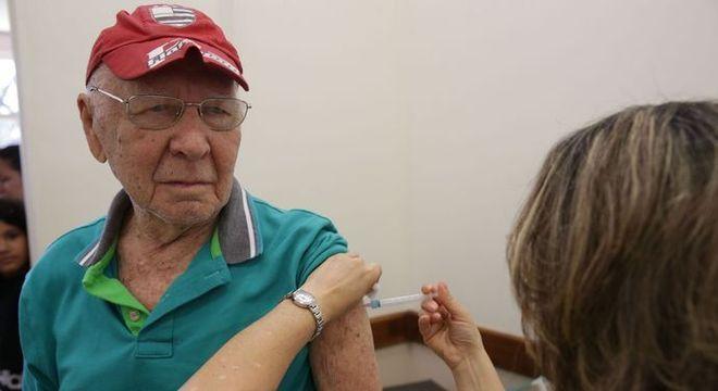 Idosos podem se vacinar na rede pública a partir desta segunda-feira (22)