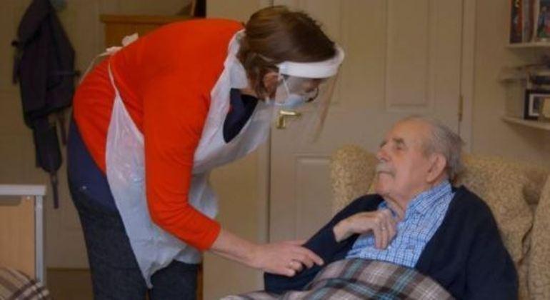 Filha foi vacinar seu pai no lar de idosos onde ele reside