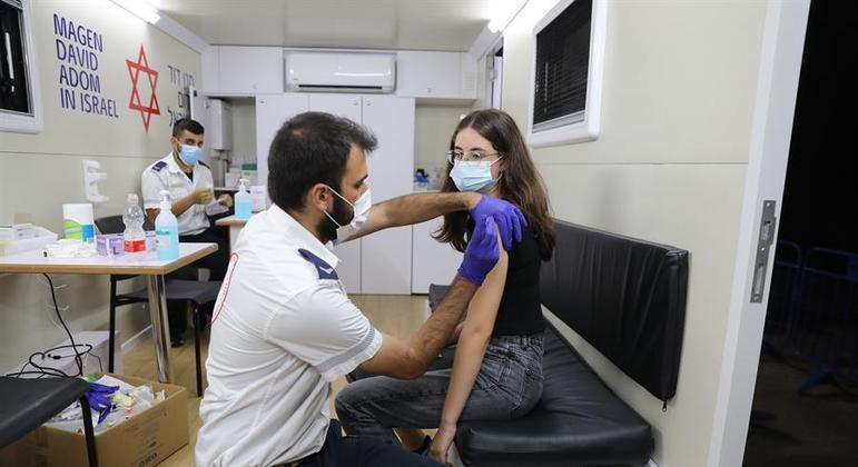 Jovens de 5 a 11 anos que podem ter complicações relacionadas à covid poderão ser vacinados em Israel