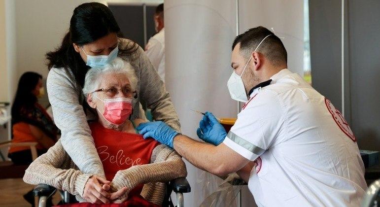 Israel oferecerá terceira dose de vacina da Pfizer a pessoas com mais de 60 anos