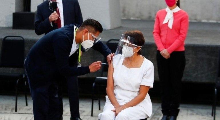 México é o primeiro país latino a começar a imunizar a população