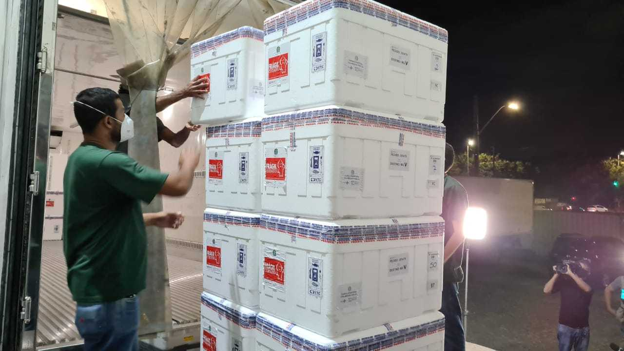 MG recebe lote com mais de 630 mil vacinas contra a covid-19