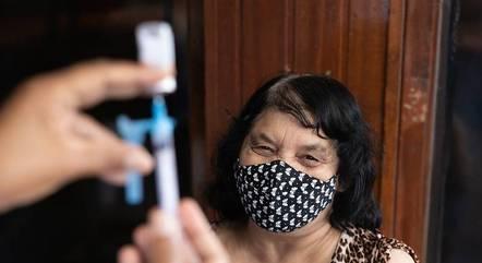 Idosos de 61 anos completam esquema vacinal