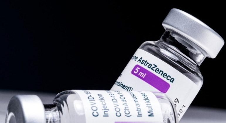 A vacina de Oxford e a CoronaVac são os imunizantes em aplicação  contra a covid-19 no Brasil