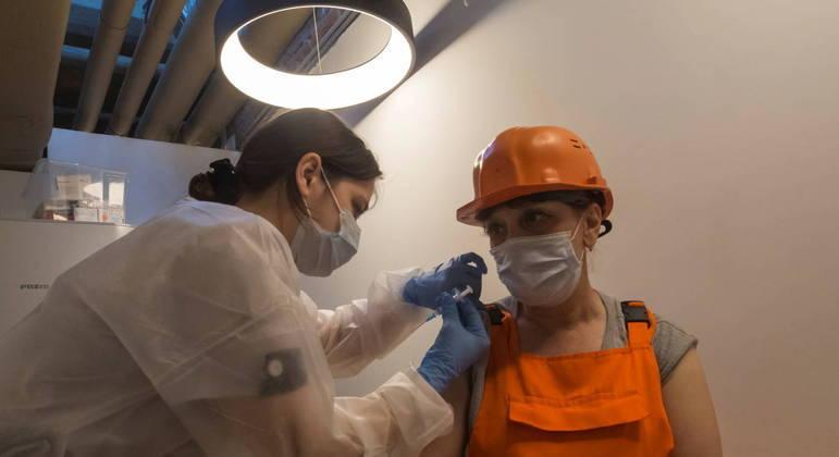 Russos que recusarem vacina poderão ser demitidos sem remuneração