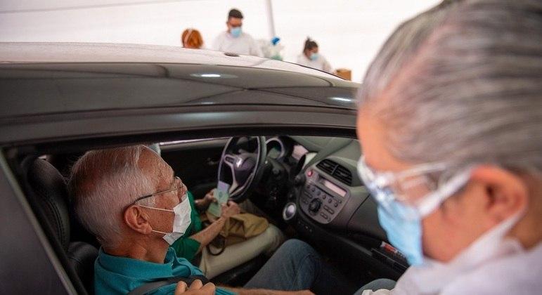 Drive-thru de vacinação contra a Covid-19 no estádio do Morumbi, em São Paulo