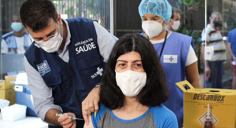 Secretário Municipal de Saúde do Rio de Janeiro, Daniel Soranz, faz aplicação de vacina