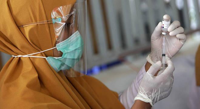 Países mais pobres da Ásia e da África podem acabar ficando anos esperando vacina contra covid-19, advertem ativistas
