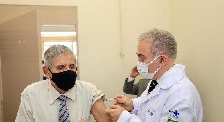 Vacina foi aplicada na manhã desta quinta-feira, em Brasília