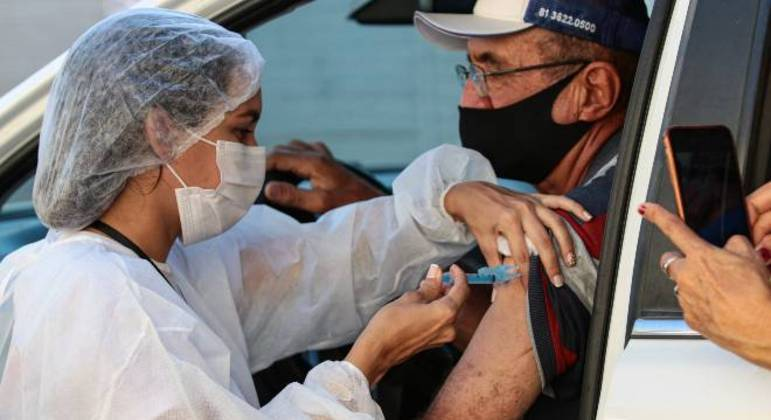 Profissionais da saúde precisam higienizar as mãos a cada vacina aplicada