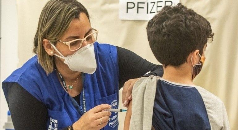 Maior parte do país continua vacinação de adolescentes, mesmo com ministério sendo contra