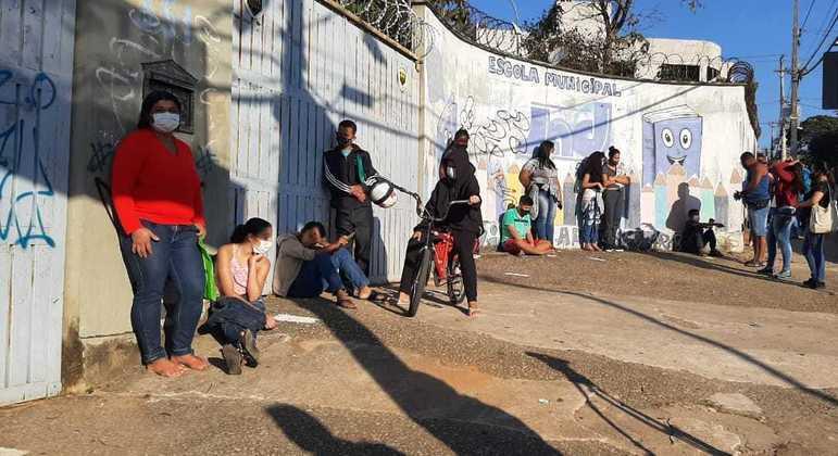 Acompanhados dos pais, alunos fizeram fila para serem vacinados nesta quarta (16)