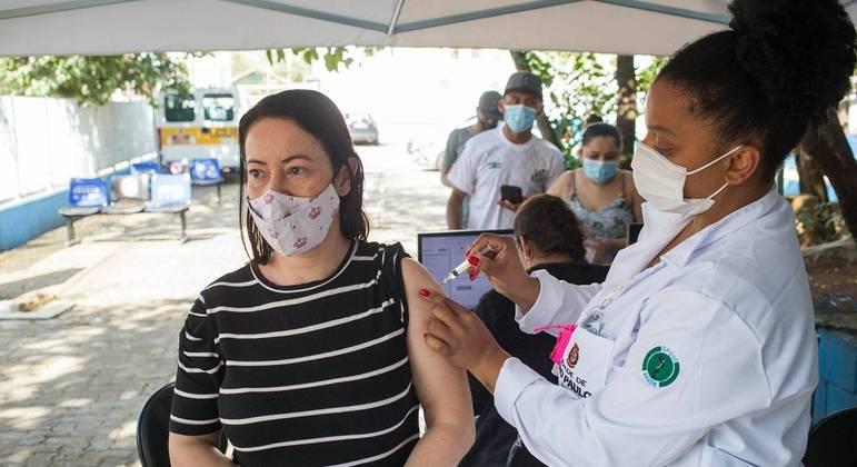 Vacinação contra covid no Brasil se aproxima de 100 milhões de doses aplicadas