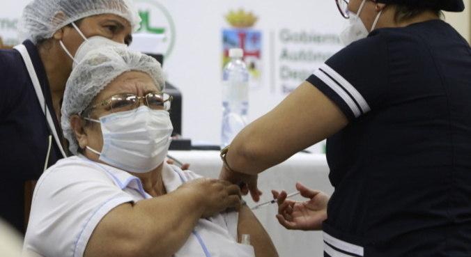 Países como a Bolívia já aplicaram vacina da covid em pacientes com câncer