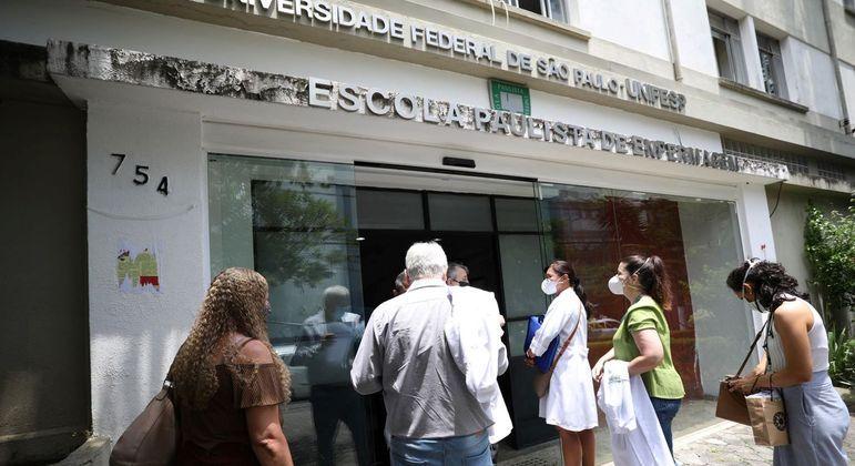 Funcionários da linha de frente contra a Covid-19 fazem fila na Escola Paulista de Medicina em São Paulo