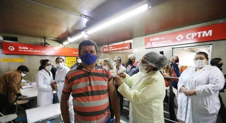 Vacinação contra covid-19 na estacão Guaianases da CPTM, na zona leste de São Paulo