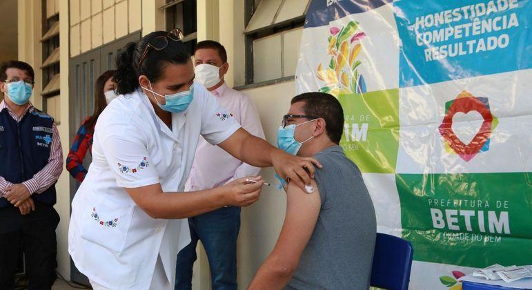 Profissionais da educação de Betim, na região metropolitana de BH, em Minas, são vacinados