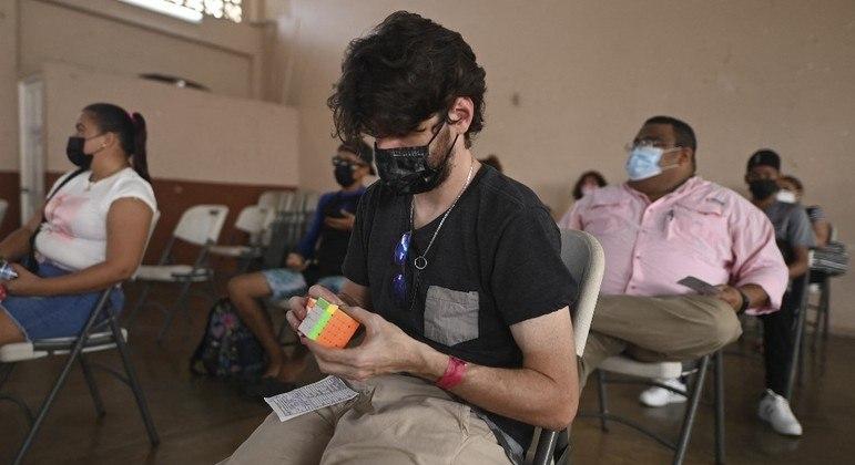 Pessoas aguardam para ser vacinadas em centro de imunização no Panamá