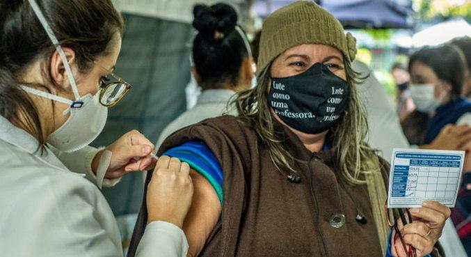 Falta de doses e irregularidade na distribuição deixam ritmo de vacinação lento