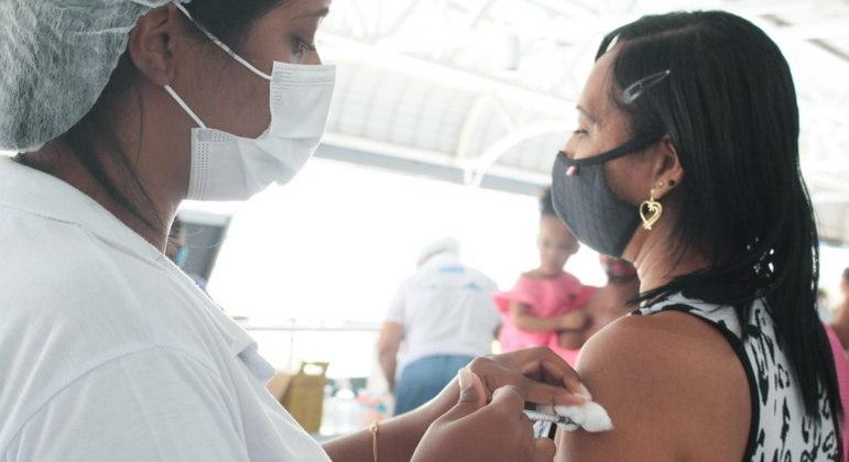 Vacinados podem transmitir covid, mesmo se forem assintomáticos ou tiverem covid leve