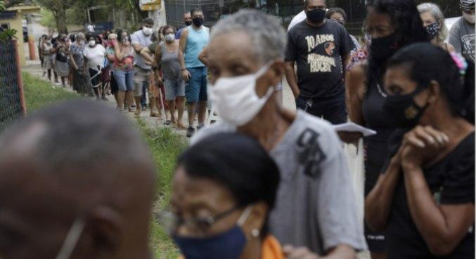 Idosos fazem fila para receber dose de vacina contra covid-19 em Belford Roxo (RJ)