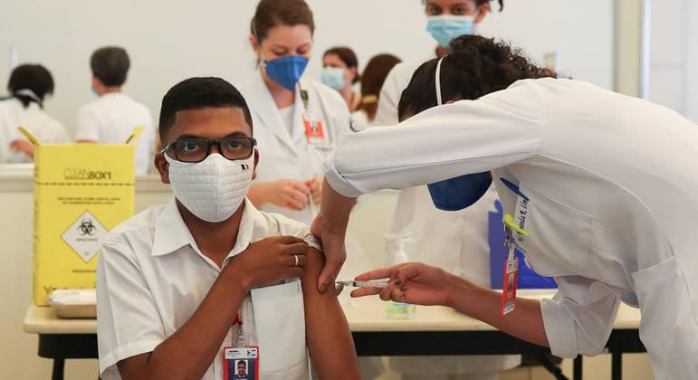 Profissional de saúde é vacinado com CoronaVac