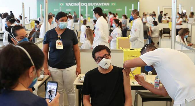 Profissionais da saúde de SP recebem dose da vacina CoronaVac