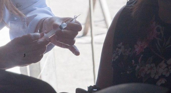 Das 46 pessoas, 18 adultos e 28 crianças foram vacinadas