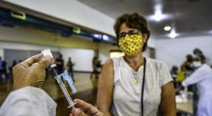 Profissionais de ensino começaram a ser vacinados no sábado (10)