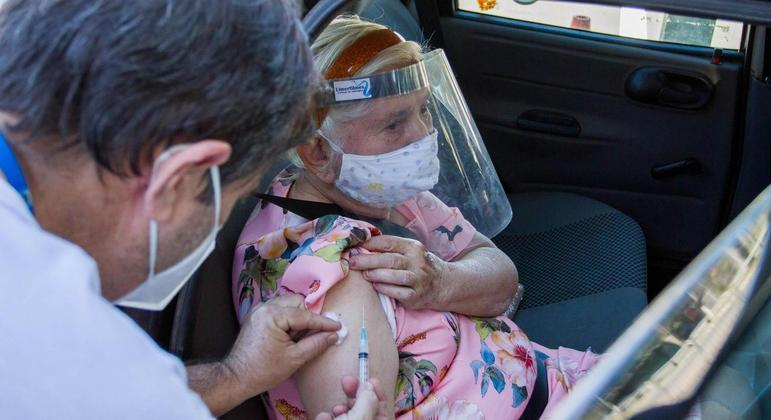 Estudo mostrou queda da mortalidade de idosos por covid-19 após vacinação
