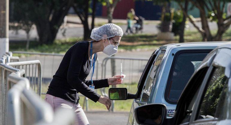 Movimentação no drive-thru da vacina, no estádio Limeirão, em Limeira (SP)