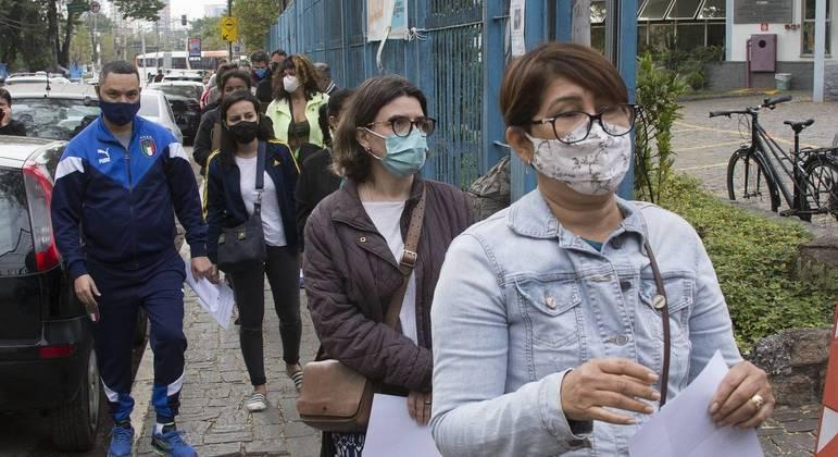Pessoas em fila para tomar vacina na zona oeste de São Paulo